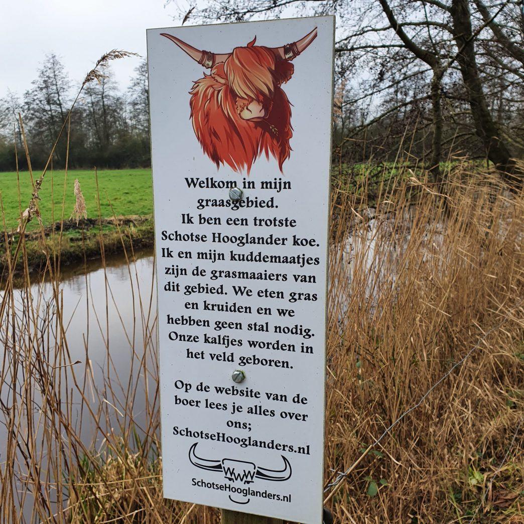 Grappig bord in het natuurgebied van schotsehooglanders.nl